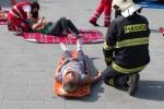 hasič u zraneného dievčaťa