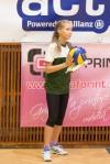 dievča, ktoré podáva lopty na volejbalovom zápase