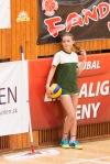 mladé dievča, ktoré podáva lopty na volejbale