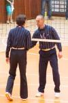 rozhodcovia volejbalového zápasu si podávajú ruky