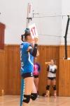 volejbalistka sa pripravuje na striedanie v zápase