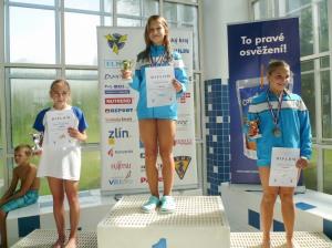 tri dievčatá na stupni víťazov