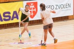 dievčatá utierajú podlahu na volejbalovom zápase