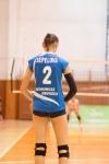 volejbalistka v modrom drese sa pripravuje na podanie