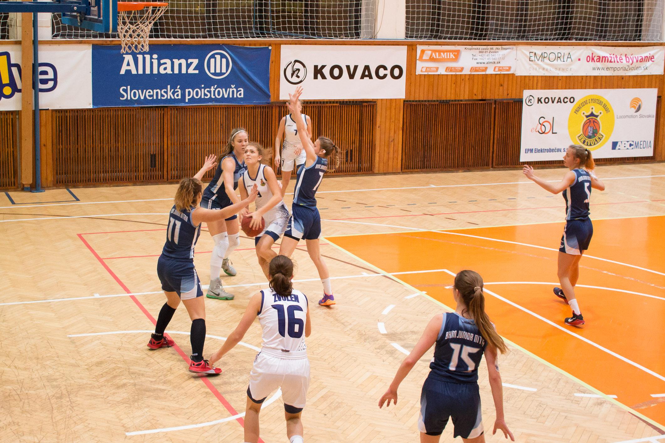BK ZŠ Zvolen (biela) – BKM Junior UKF Nitra(modrá)