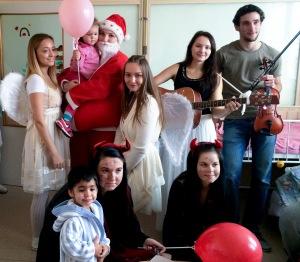 Foto 1 - Mikuláš s družinou na detskom oddelení