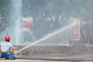 hasič strieka vodu na terč