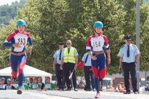 dve bežiace mladé hasičky