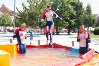 dve dievčatá vo vode a jedno práve skáče