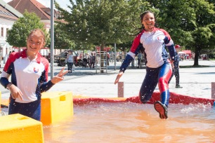 mladé dievča skáče do vody