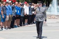 generál požiarnikov salutuje