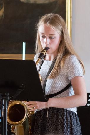 dievča hrá na saxofón