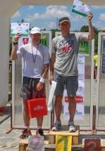 dvaja muži na stupienkoch víťazov