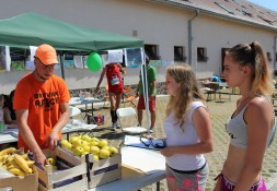 dve mladé dievčatá pri jablkách