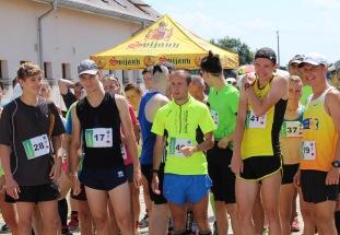 bežci pred štartom pretekov