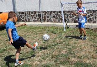 deti hrajú futbal