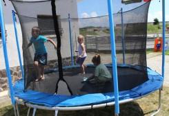 deti sa zabávajú na trampolíne