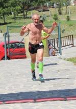 starší muž dobieha do cieľa