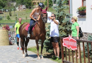 dievča na koni