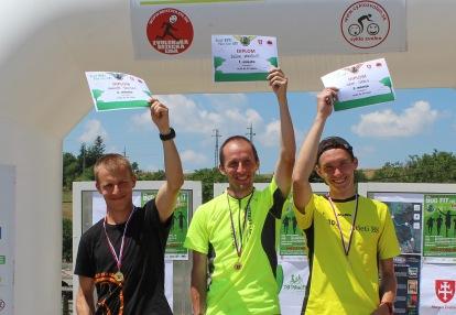 traja muži na stupienkoch víťazov