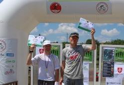 dvaja bežci ukazujú medaile