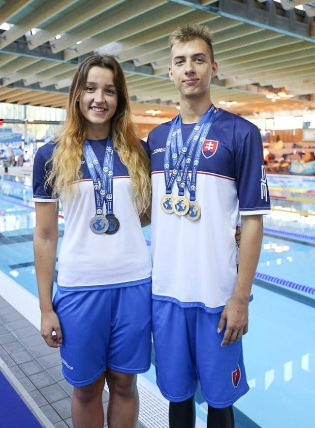 dievča a chlapec pri bazéne