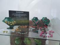 presklená vitrína plná náhrdelníkov