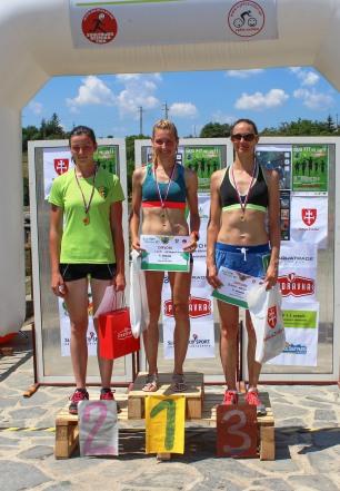 tri ženy na stupienkoch víťazov