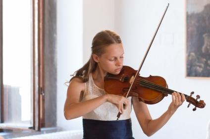 dievča hrá na husliach