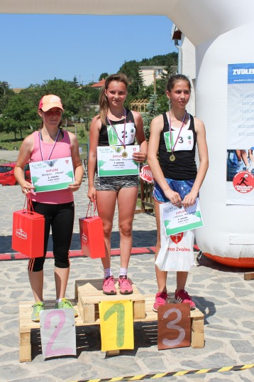 tri dievčatá na stupienkoch víťazov