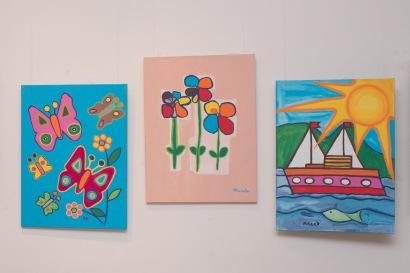 tri maľované obrazy na stene