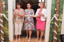 tri ženy prestrihujú pásku