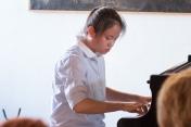 mladá klaviristka