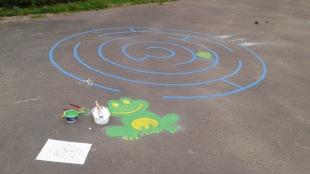zelená žaba a bludisku na chodníku