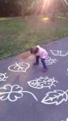 dieťa má v ruke metlu