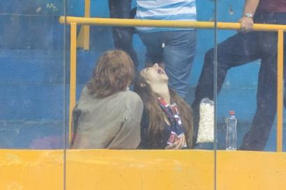 dievča a popcorn