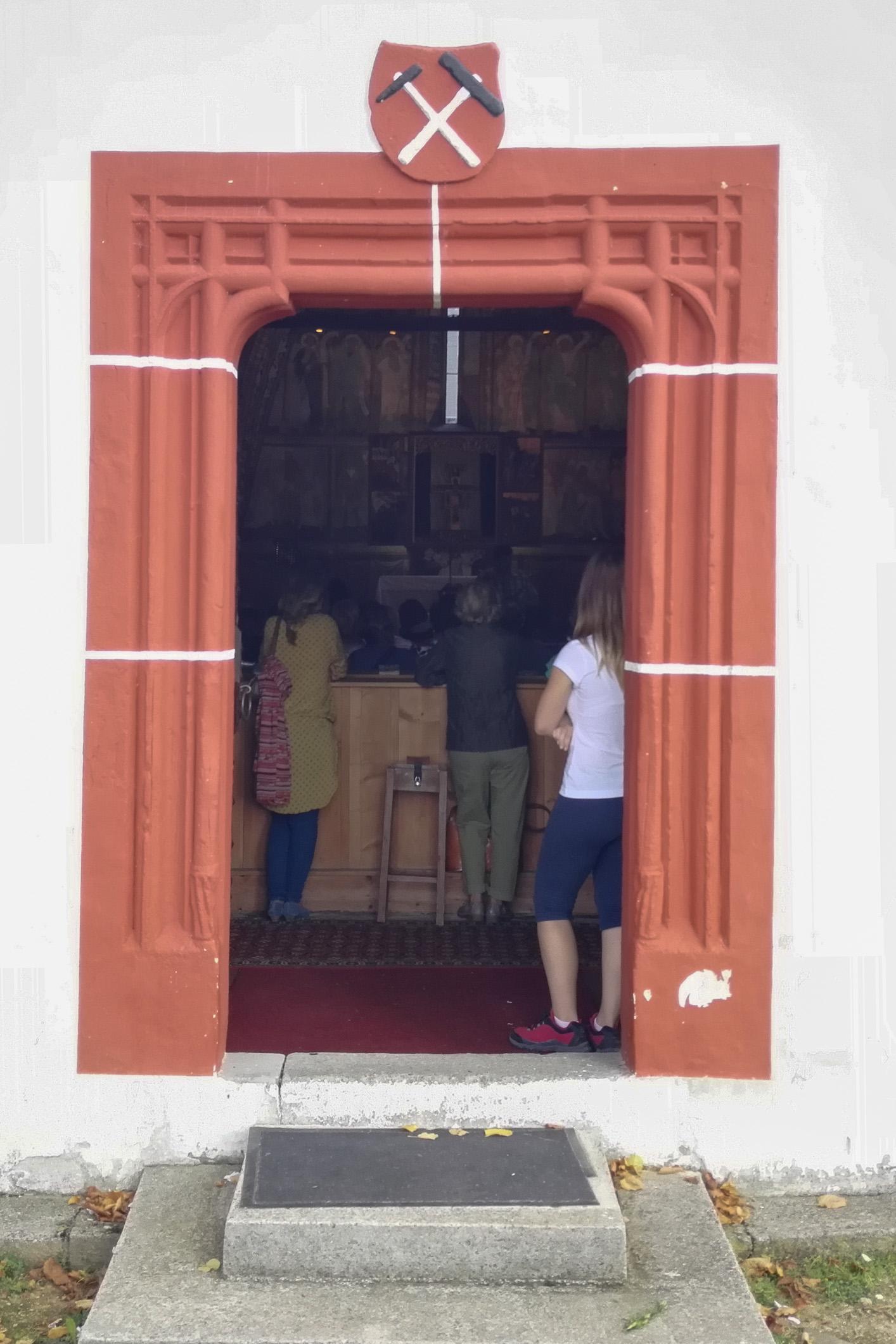 vstupné dvere do kostola  sv. Františka Assiského,Poniky