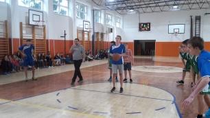 basketbalový zápas chlapcov v športovej hale zvolene
