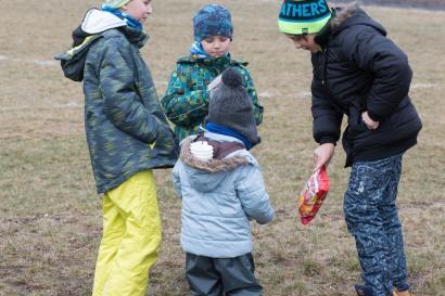 deti sa hrajú na ihrisku