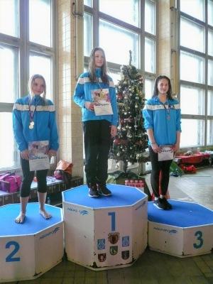tri plavkyne na stupni víťazov