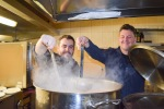 dvaja chlapi pripravujú polievku