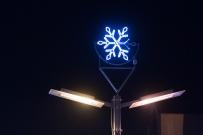 svietiaca vianočná ozdoba na pouličnej lampe