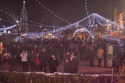 ľudia vo vianočnej dedine vo Zvolene