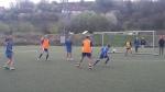 mladé futbalistky hrajúce futbal