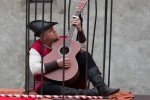 chlap v dobovom hrá na gitaru