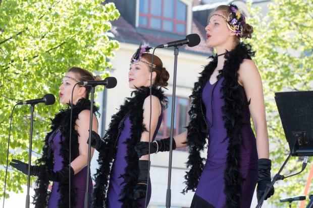 tri pekné mladé speváčky v modrom odeté