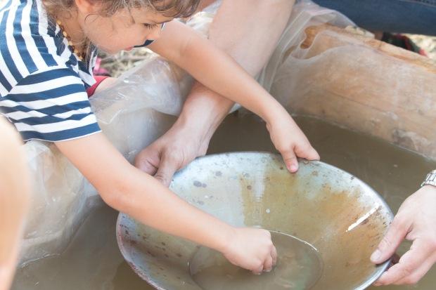 malé dieťa ryžuje zlato