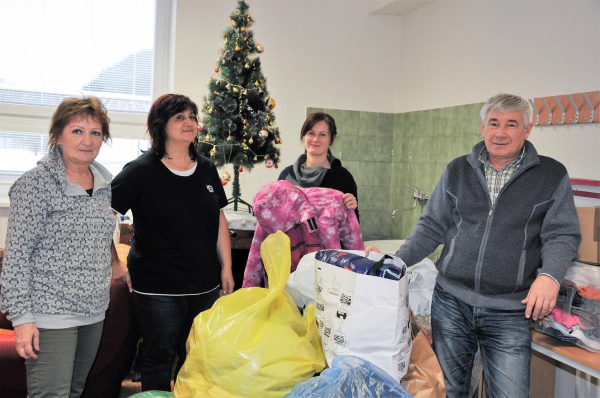 Zdravotníci zo zvolenskej nemocnice vyzbierali pre komunitné centrum viac ako 180 kilogramov šatstva