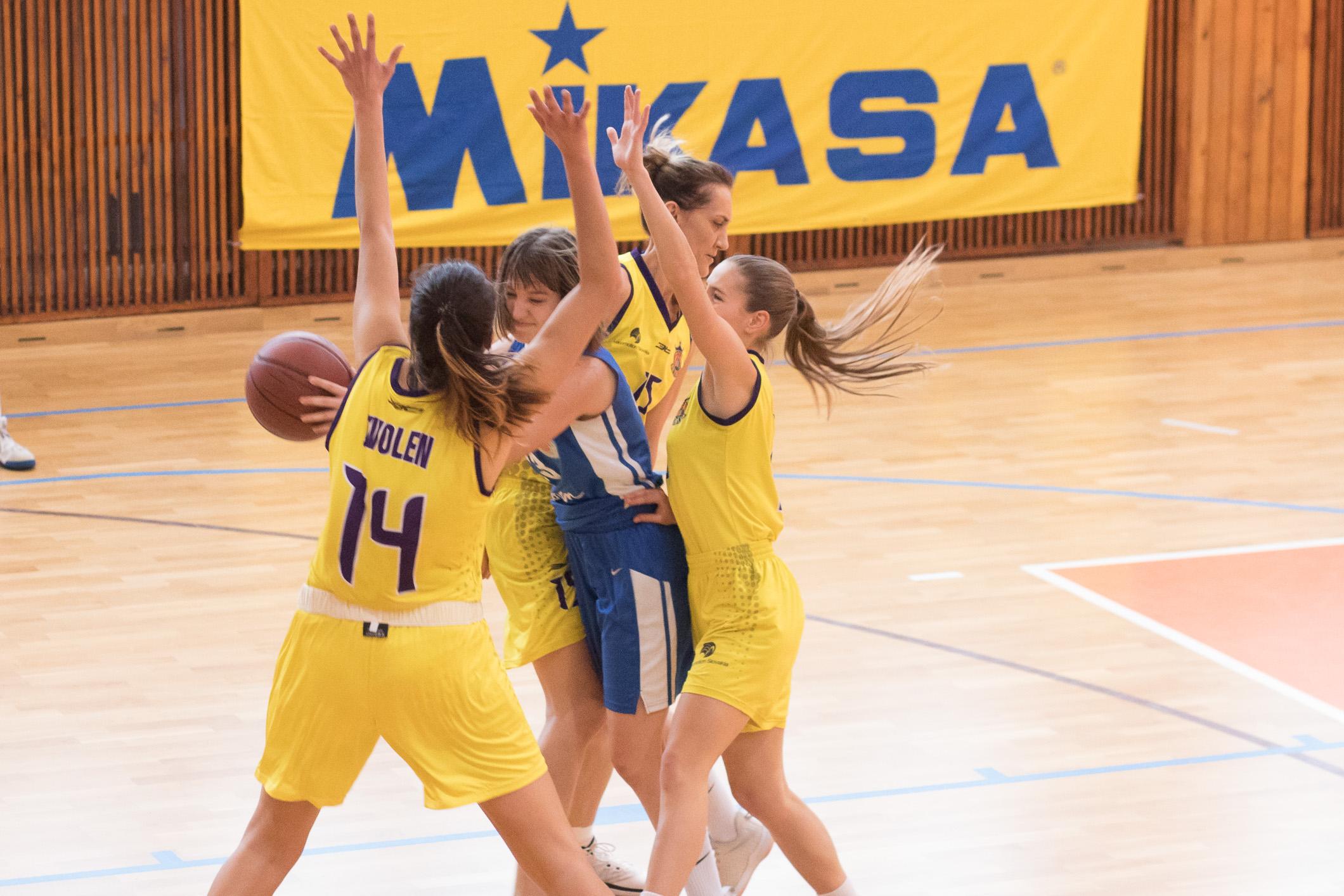 BK ZŠ Zvolen (žltá) – BK Slovan Bratislava(modrá)