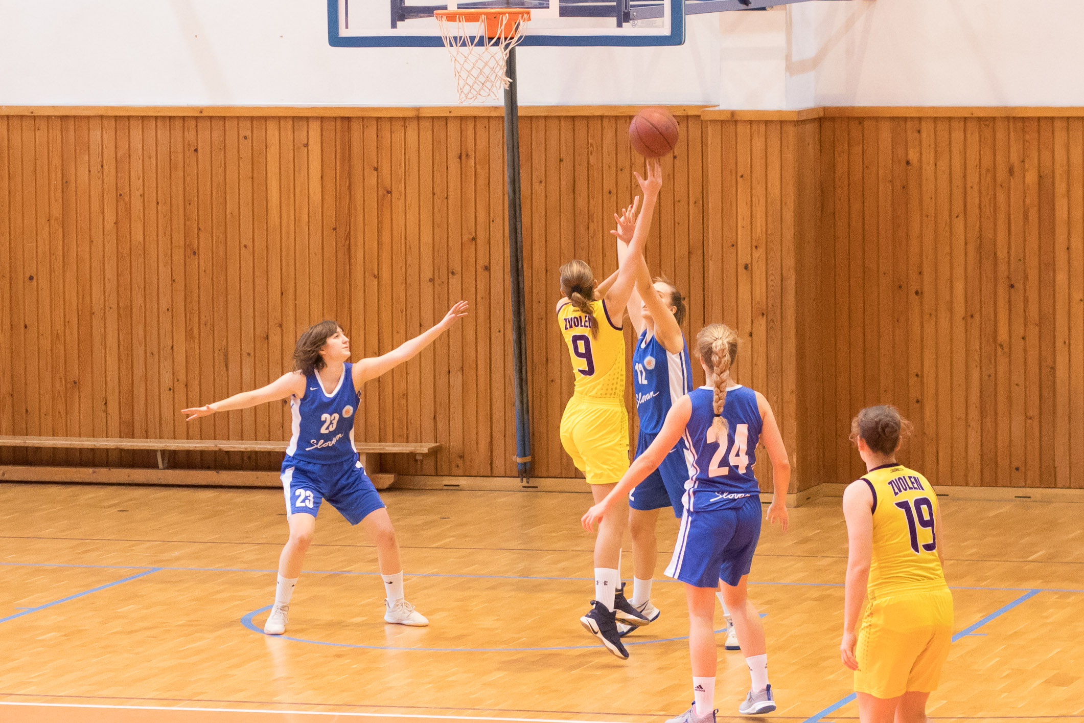 BK ZŠ Zvolen (žltá) – BK Slovan Bratislava(belasá)